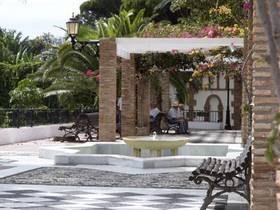Siesta in Maro an der Plaza d'Eglesia, Andalusien, Costa del Sol, Spanien